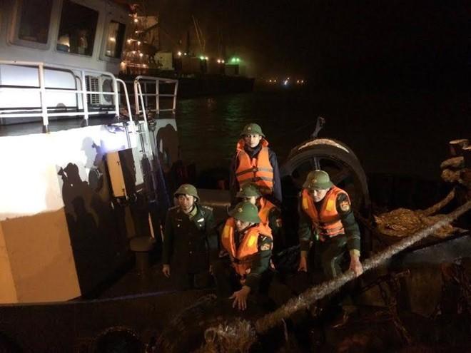 Cứu hộ tàu cá gặp nạn trên biển Hà Tĩnh - ảnh 1