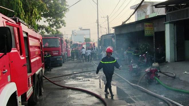 Xưởng sơn cháy dữ dội sau nhiều tiếng nổ lớn lúc tinh mơ - ảnh 1