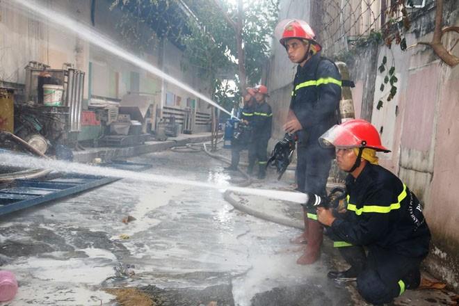 Xưởng sơn cháy dữ dội sau nhiều tiếng nổ lớn lúc tinh mơ - ảnh 3