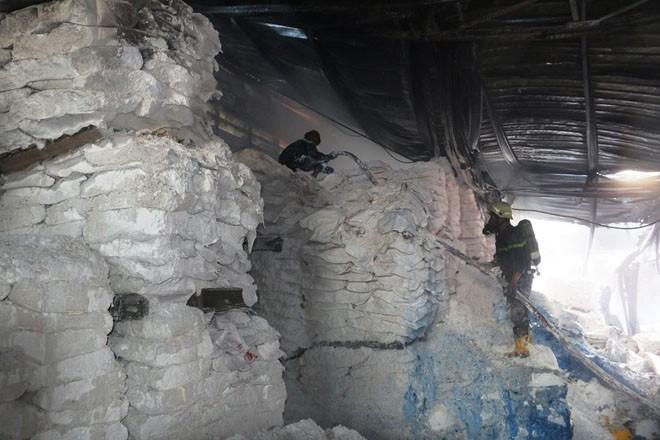 Xưởng sơn cháy dữ dội sau nhiều tiếng nổ lớn lúc tinh mơ - ảnh 4