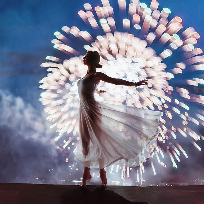 Mỹ nữ lộng lẫy váy áo tô điểm các cảnh đẹp trên thế giới - ảnh 7