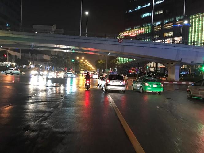 Nhiều tuyến phố ở Hà Nội tê liệt sau mưa giông  - ảnh 12