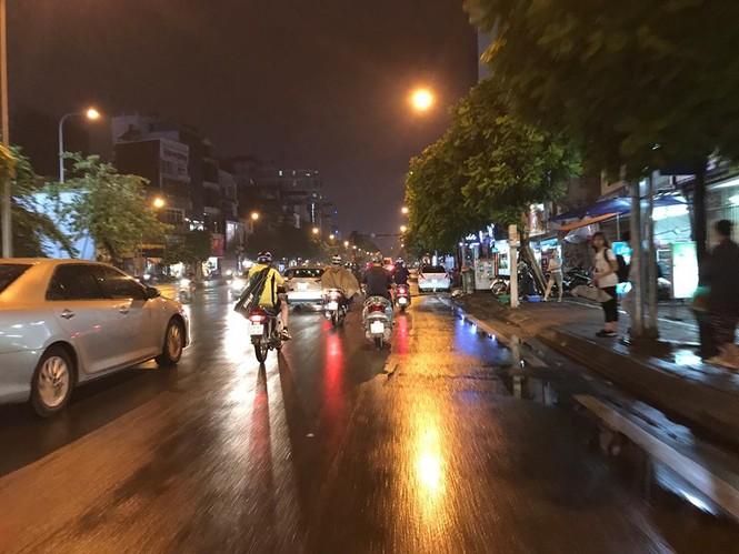 Nhiều tuyến phố ở Hà Nội tê liệt sau mưa giông  - ảnh 13