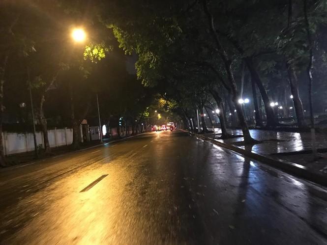 Nhiều tuyến phố ở Hà Nội tê liệt sau mưa giông  - ảnh 14