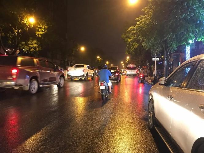 Nhiều tuyến phố ở Hà Nội tê liệt sau mưa giông  - ảnh 11