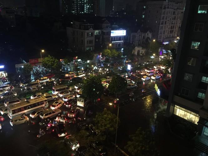 Nhiều tuyến phố ở Hà Nội tê liệt sau mưa giông  - ảnh 1