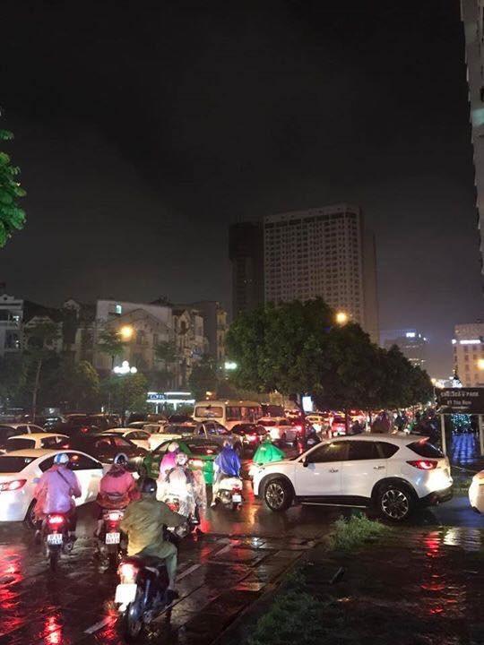 Nhiều tuyến phố ở Hà Nội tê liệt sau mưa giông  - ảnh 2