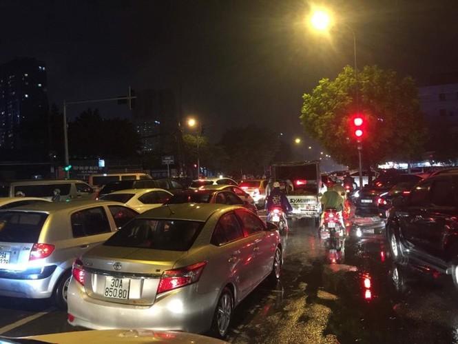 Nhiều tuyến phố ở Hà Nội tê liệt sau mưa giông  - ảnh 4