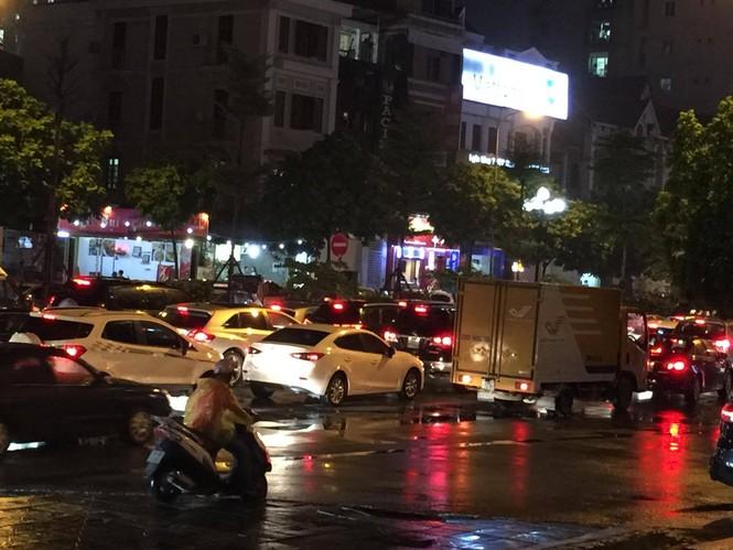 Nhiều tuyến phố ở Hà Nội tê liệt sau mưa giông  - ảnh 3