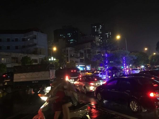 Nhiều tuyến phố ở Hà Nội tê liệt sau mưa giông  - ảnh 5