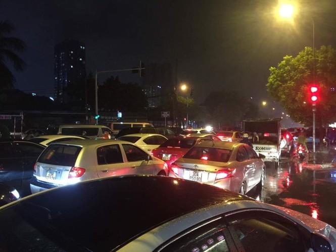 Nhiều tuyến phố ở Hà Nội tê liệt sau mưa giông  - ảnh 6