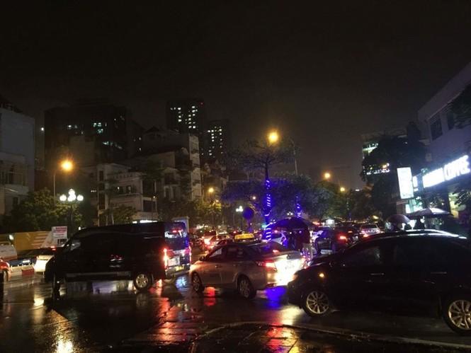 Nhiều tuyến phố ở Hà Nội tê liệt sau mưa giông  - ảnh 7