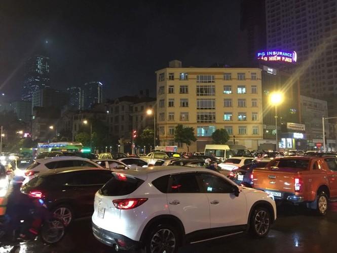 Nhiều tuyến phố ở Hà Nội tê liệt sau mưa giông  - ảnh 8