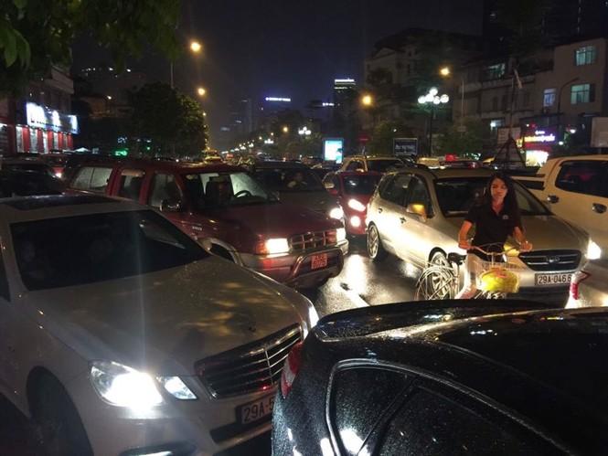 Nhiều tuyến phố ở Hà Nội tê liệt sau mưa giông  - ảnh 9