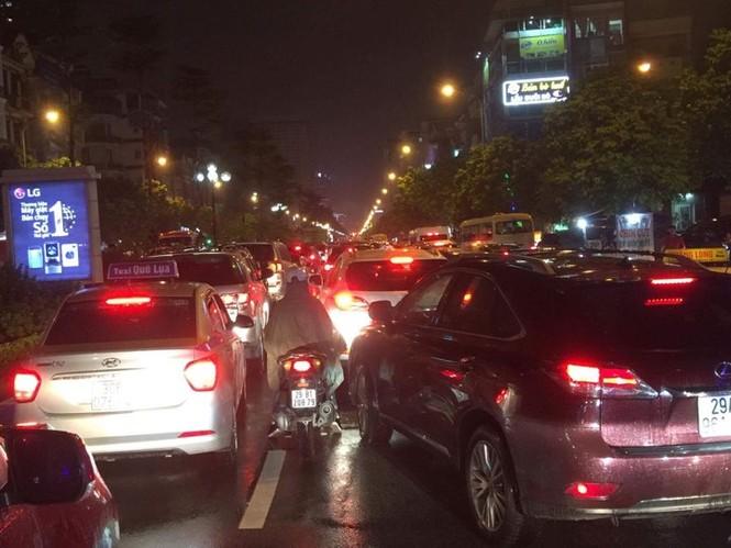 Nhiều tuyến phố ở Hà Nội tê liệt sau mưa giông  - ảnh 10
