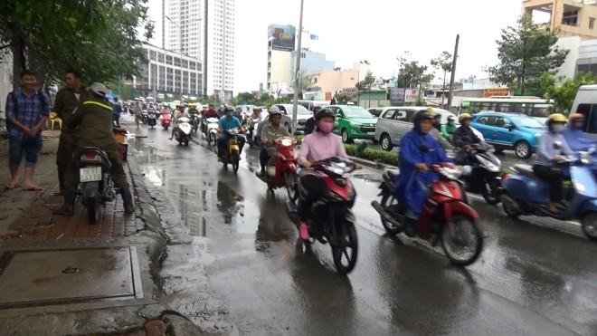 """""""Siêu máy bơm"""" hút cạn """"rốn ngập"""" 60cm trong 13 phút ở Sài Gòn - ảnh 5"""