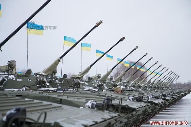 [ẢNH] Ukraine tăng cường vũ khí hạng nặng cho quân đội - ảnh 1