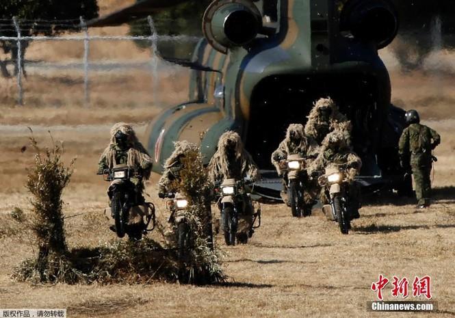 [ẢNH] Lính Nhật Bản lái môtô 'đổ bộ' từ trực thăng - ảnh 1