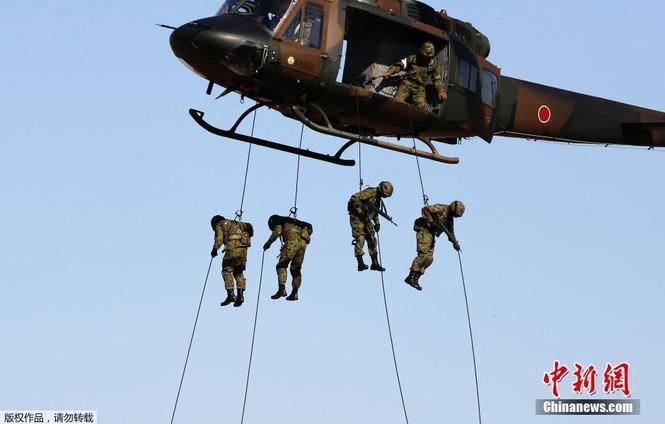 [ẢNH] Lính Nhật Bản lái môtô 'đổ bộ' từ trực thăng - ảnh 2