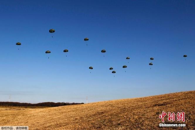 [ẢNH] Lính Nhật Bản lái môtô 'đổ bộ' từ trực thăng - ảnh 6