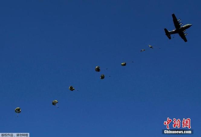 [ẢNH] Lính Nhật Bản lái môtô 'đổ bộ' từ trực thăng - ảnh 8