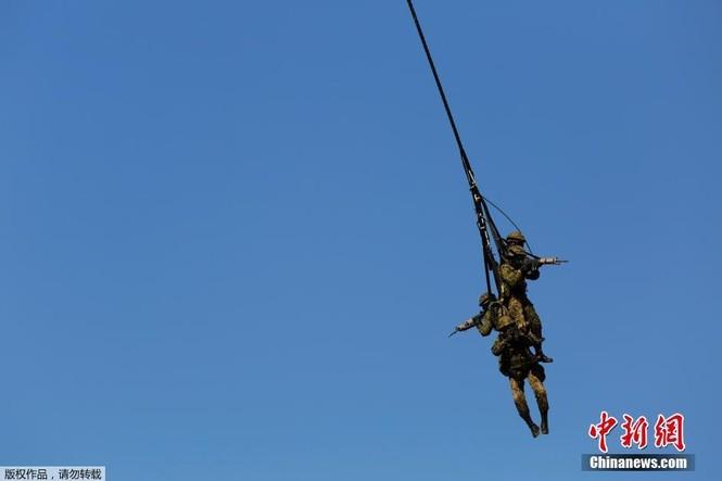 [ẢNH] Lính Nhật Bản lái môtô 'đổ bộ' từ trực thăng - ảnh 9