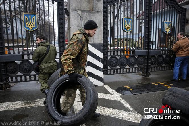 'Tiểu đoàn tiễu phạt' bao vây Bộ Quốc phòng Ukraine - ảnh 3