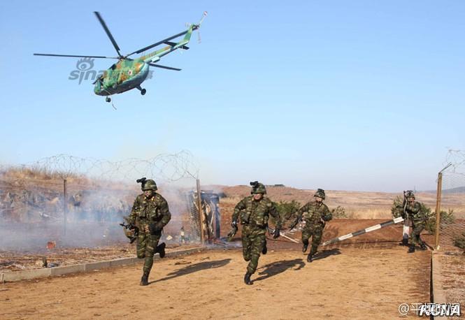 [ẢNH] Cận cảnh Triều Tiên tập trận 'tấn công Dinh Tổng thống Hàn Quốc' - ảnh 6