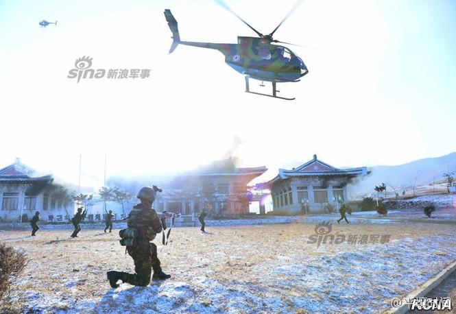 [ẢNH] Cận cảnh Triều Tiên tập trận 'tấn công Dinh Tổng thống Hàn Quốc' - ảnh 8