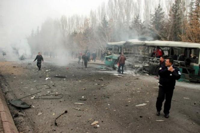Cảnh tượng hãi hùng vụ đánh bom xe khiến hàng chục người thương vong - ảnh 1