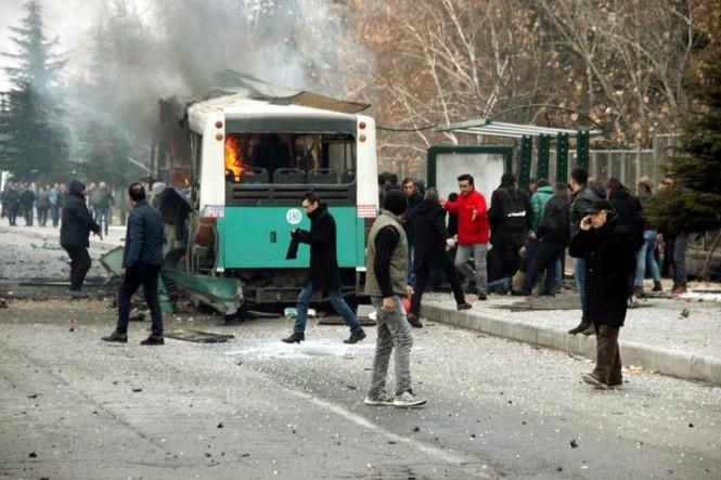Cảnh tượng hãi hùng vụ đánh bom xe khiến hàng chục người thương vong - ảnh 2