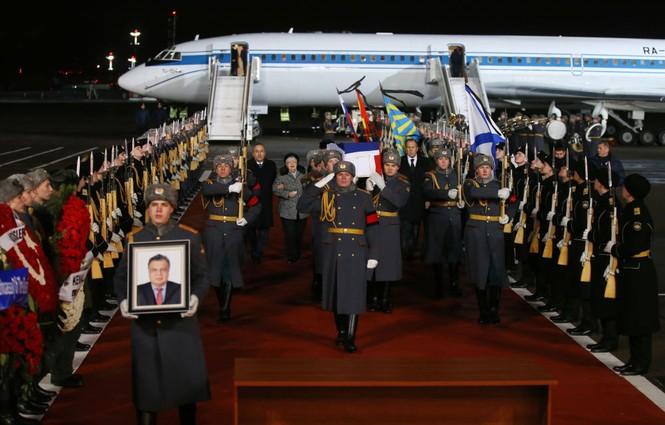 [ẢNH] Vợ đại sứ Nga khóc nghẹn đón thi thể chồng về nước - ảnh 2