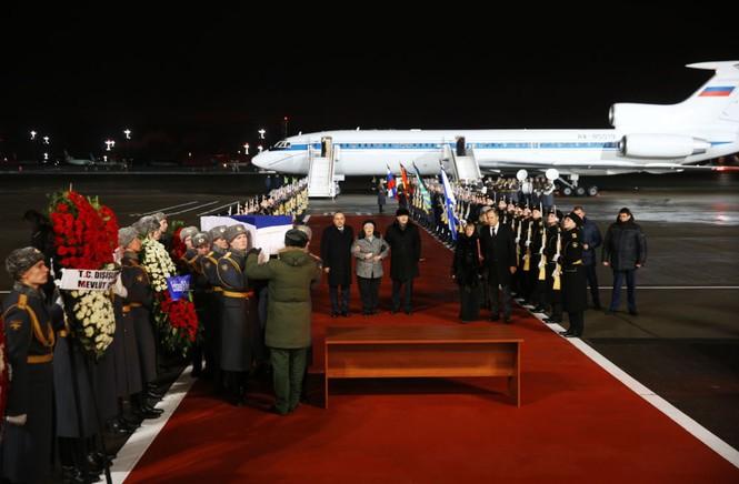 [ẢNH] Vợ đại sứ Nga khóc nghẹn đón thi thể chồng về nước - ảnh 3