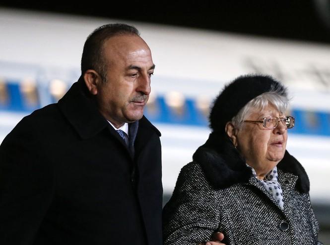 [ẢNH] Vợ đại sứ Nga khóc nghẹn đón thi thể chồng về nước - ảnh 6