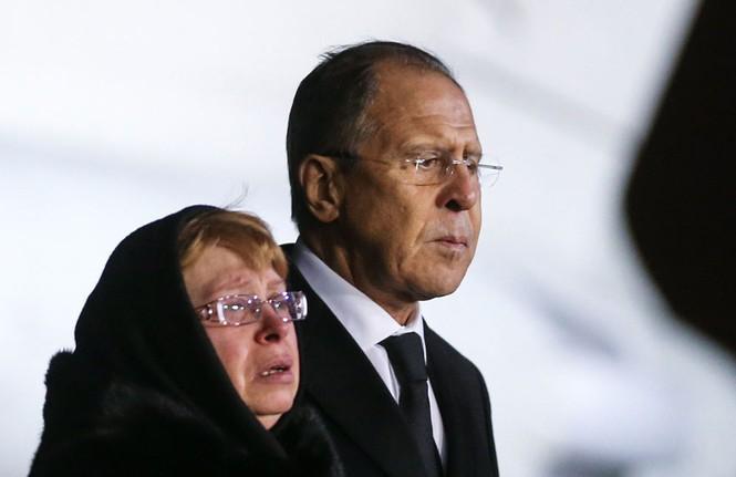 [ẢNH] Vợ đại sứ Nga khóc nghẹn đón thi thể chồng về nước - ảnh 8