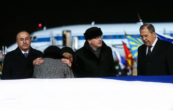 [ẢNH] Vợ đại sứ Nga khóc nghẹn đón thi thể chồng về nước - ảnh 11