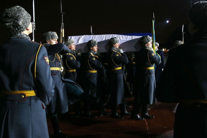 [ẢNH] Vợ đại sứ Nga khóc nghẹn đón thi thể chồng về nước - ảnh 12