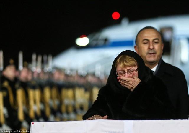 [ẢNH] Vợ đại sứ Nga khóc nghẹn đón thi thể chồng về nước - ảnh 9