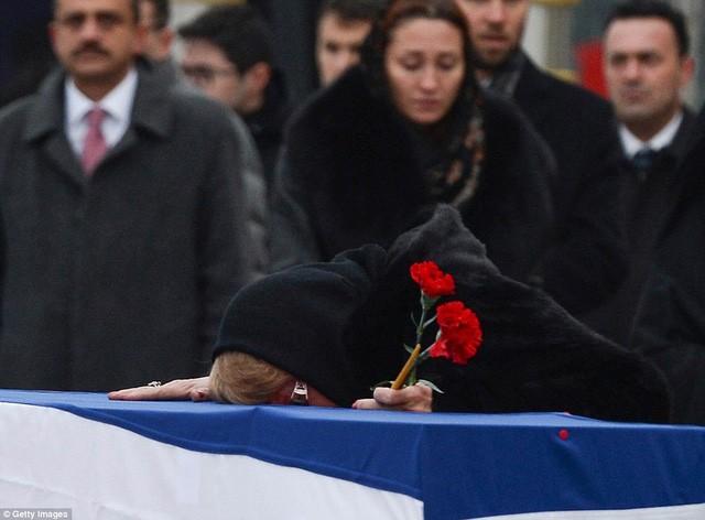 [ẢNH] Vợ đại sứ Nga khóc nghẹn đón thi thể chồng về nước - ảnh 10