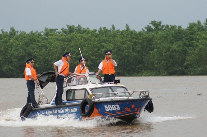 Cảnh sát biển vượt sóng, giữ chủ quyền - ảnh 7