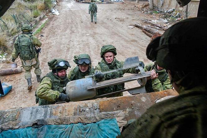 Công binh Nga cày xới từng mét đất Aleppo - ảnh 10