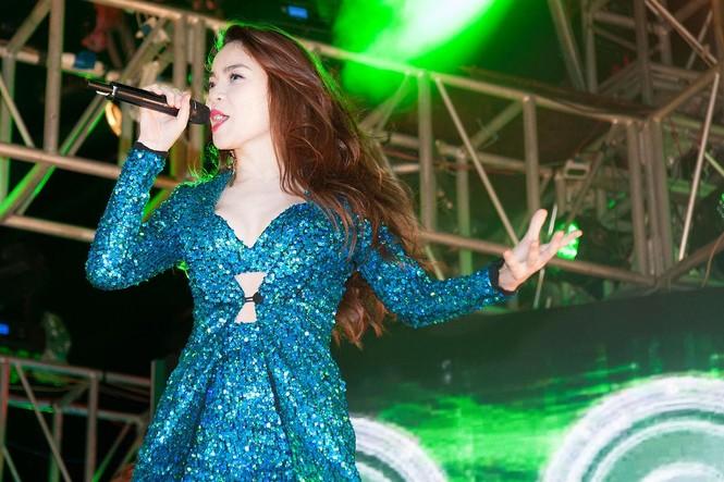 Hoàng Thùy Linh gợi cảm 'đốt cháy' đêm nhạc chào 2015 - ảnh 9