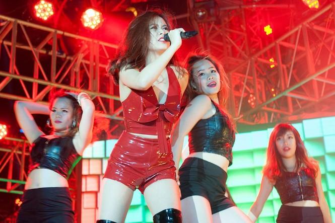 Hoàng Thùy Linh gợi cảm 'đốt cháy' đêm nhạc chào 2015 - ảnh 6