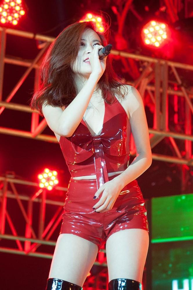 Hoàng Thùy Linh gợi cảm 'đốt cháy' đêm nhạc chào 2015 - ảnh 5
