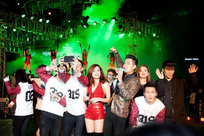 Hoàng Thùy Linh gợi cảm 'đốt cháy' đêm nhạc chào 2015 - ảnh 8