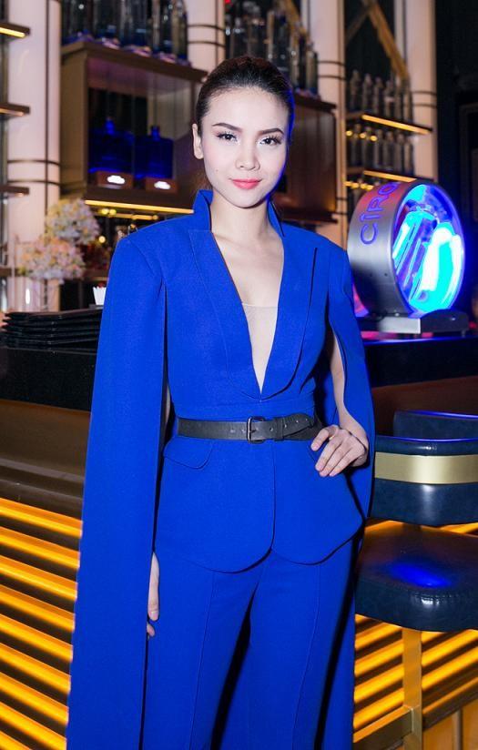 Yến Trang mặc áo xẻ táo bạo dự tiệc năm mới - ảnh 1