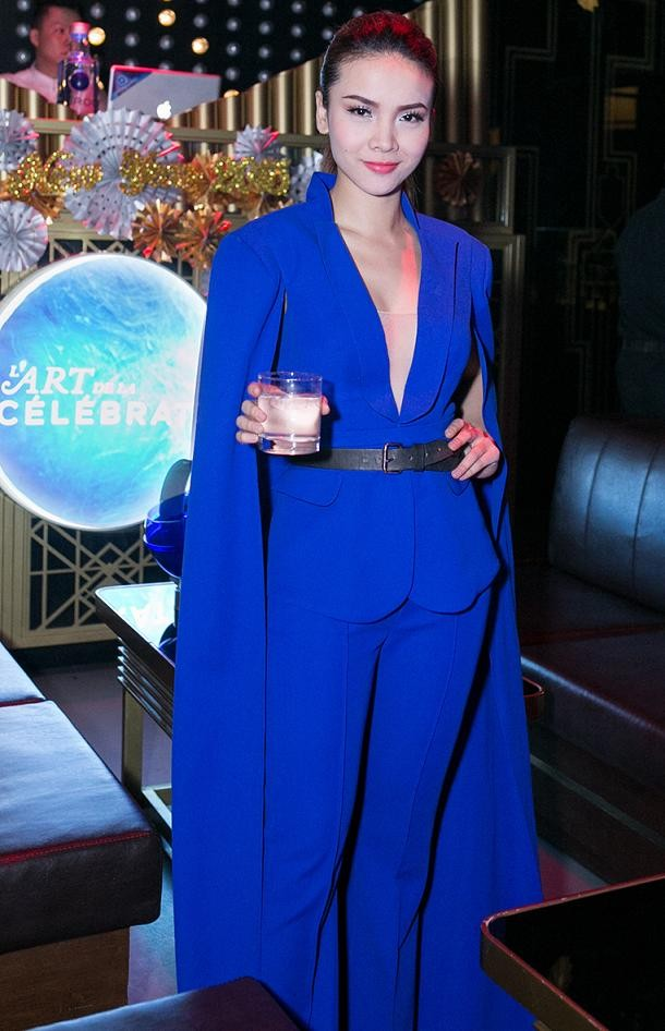 Yến Trang mặc áo xẻ táo bạo dự tiệc năm mới - ảnh 2