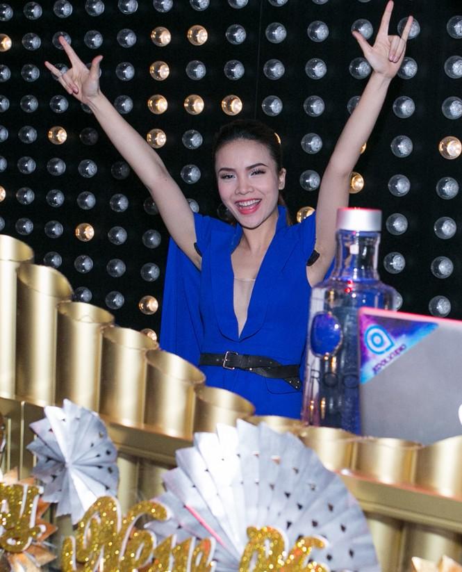 Yến Trang mặc áo xẻ táo bạo dự tiệc năm mới - ảnh 3
