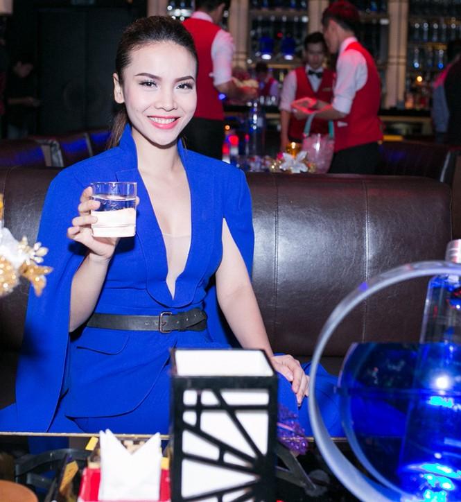 Yến Trang mặc áo xẻ táo bạo dự tiệc năm mới - ảnh 4