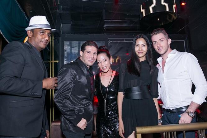 Yến Trang mặc áo xẻ táo bạo dự tiệc năm mới - ảnh 10